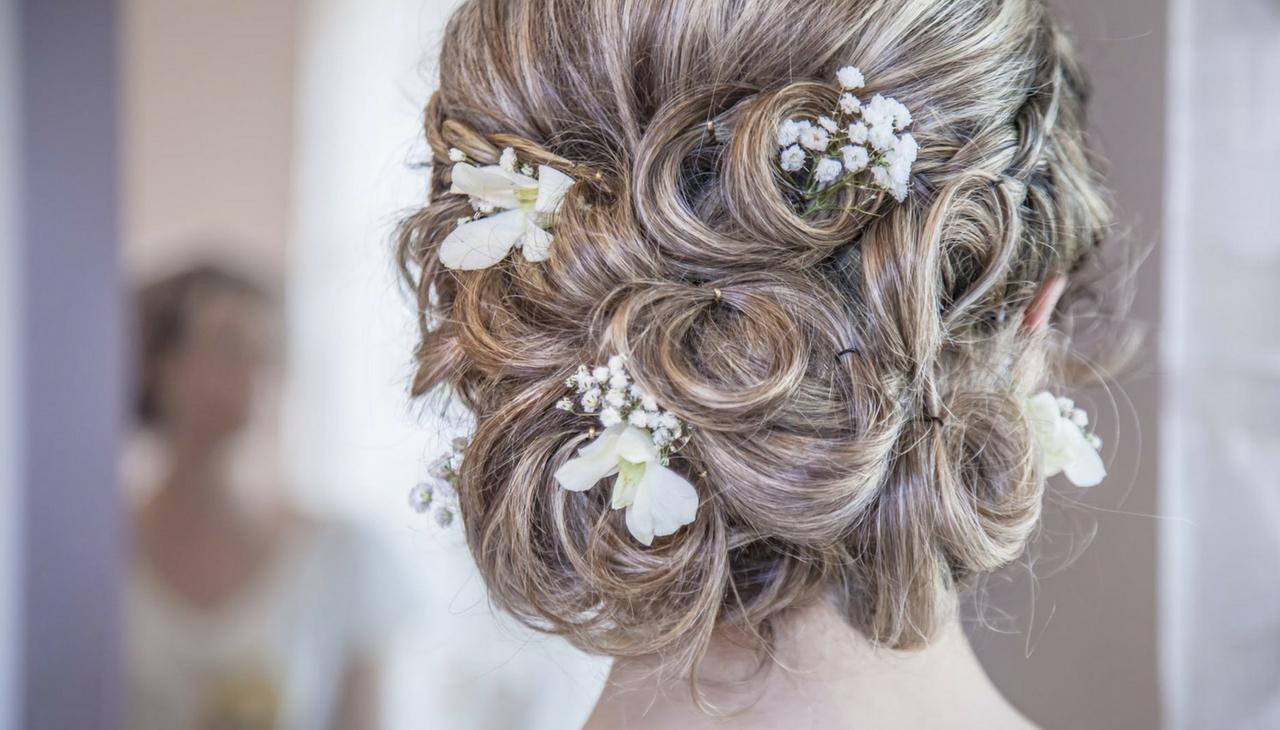 aa67ccea10af Trendy svadobné účesy pre všetky dĺžky vlasov
